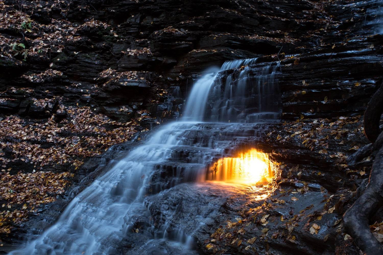 Водопад вечного огня в Америке